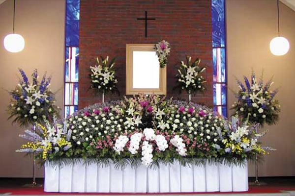 写真:神式、樒、キリスト教祭壇